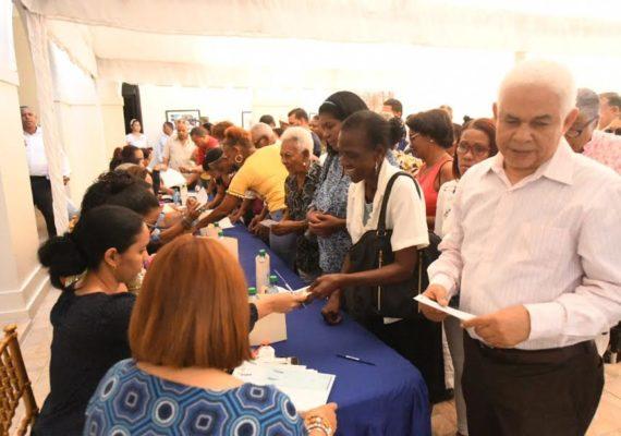 Directora del INVI entrega más de dos millones de pesos a ex servidores públicos